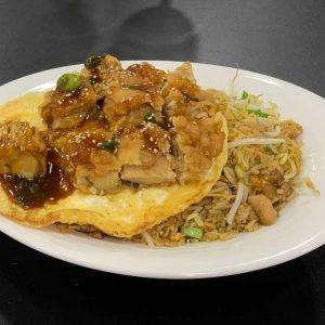 Pollo, huevo, arroz, fideos, cebollino, brotes de soja y salsa de soja salteado al wok, servidos con tortilla y Chi Jau Kay