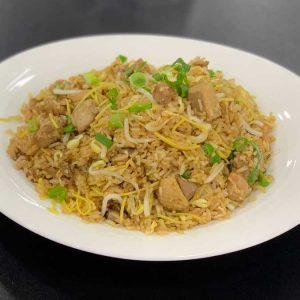 Pato, huevo, arroz, fideos, cebollino, brotes de soja y salsa de soja salteado al wok