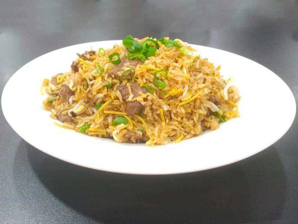 Ternera, huevo, arroz, fideos, cebollino, brotes de soja y salsa de soja salteado al wok