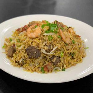 Carnes variadas, langostinos, huevo, arroz, fideos, cebollino, brotes de soja y salsa de soja salteado al wok