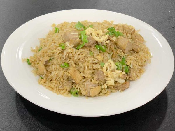 Pato, arroz, huevo, cebollino y salsa de soja salteado al wok