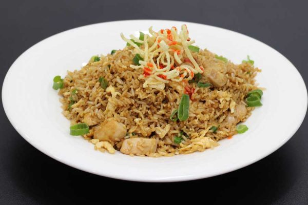 Pollo, arroz, huevo, cebollino y salsa de soja salteado al wok