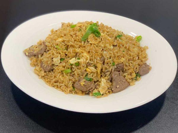 Ternera, arroz, huevo, cebollino y salsa de soja salteado al wok