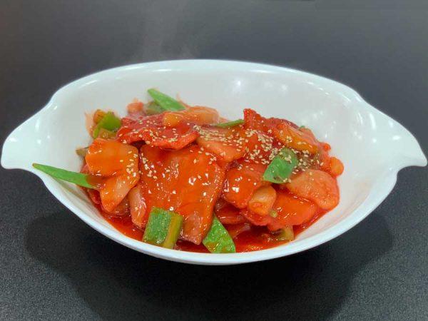 Cerdo asado en láminas, verduras chinas, piña y salsa de tamarindo salteado al wok