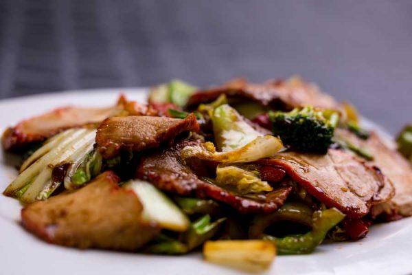 Cerdo asado en láminas, verduras chinas y salsa de soja salteado al wok
