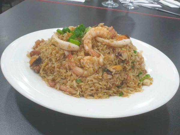 Mariscos, arroz, huevo, cebollino y salsa de soja salteado al wok