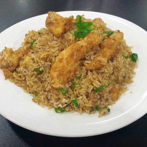 Pescado, arroz, huevo, cebollino y salsa de soja salteado al wok