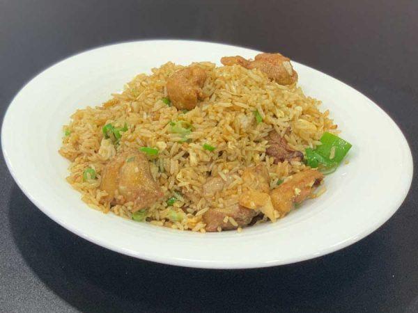 Pollo en trozos, arroz, huevo, cebollino y salsa de soja salteado al wok
