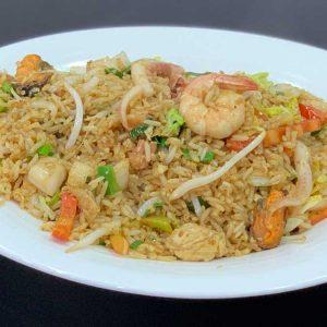 Arroz chaufa de mariscos, verduras variadas salteadas al wok