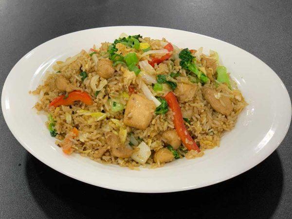 Arroz chaufa de pollo y verduras variadas