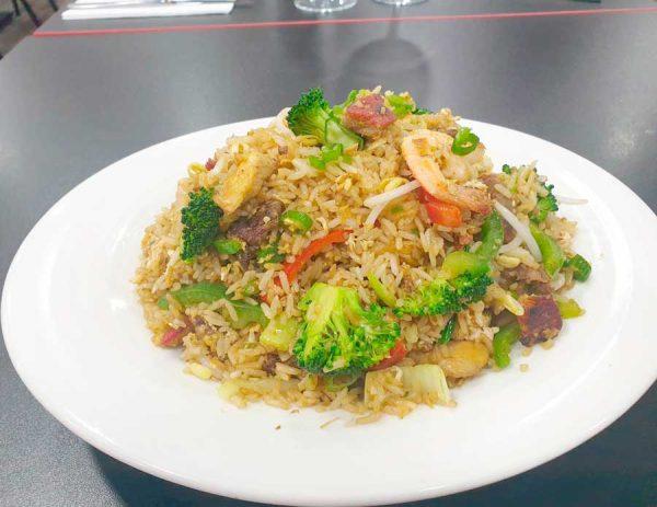 Arroz chaufa de carnes y verduras variadas