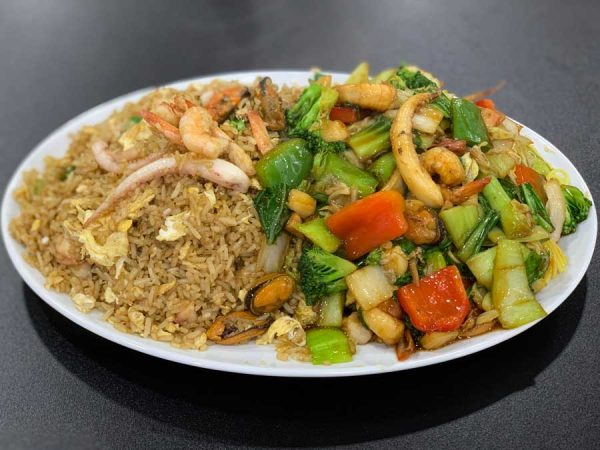 2 en 1 de tallarines con mariscos y arroz chaufa de mariscos