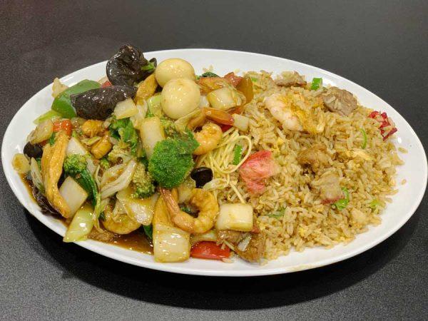 2 en 1 de tallarines con variedad de carnes, langostinos, algas y arroz chaufa especial