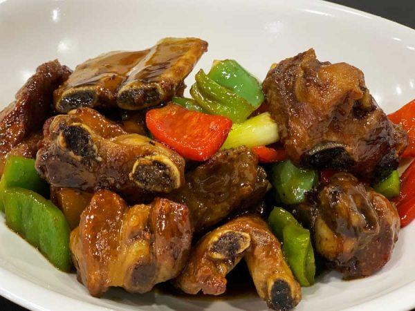 Costillas de cerdo salteadas con verduras chinas y salsa agridulce