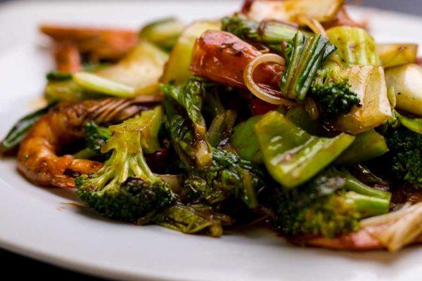 Langostinos, verduras chinas y salsa de ostras salteado al wok
