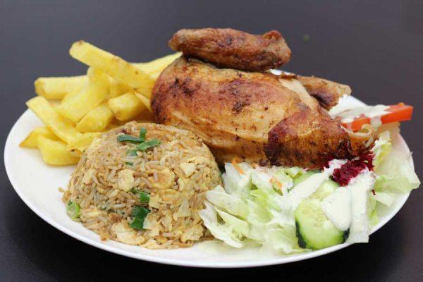 1/4 de pollo a la brasa acompañado de arroz chaufa de pollo, patatas fritas, ensalada y salsas