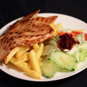 Pollo a la plancha con patatas fritas y ensalada mixta