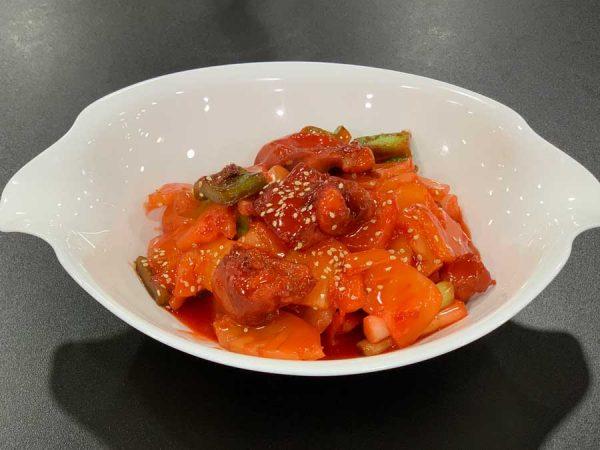 Pollo en trozos, piña, salsa de tamarindo y salsa de soja salteado al wok