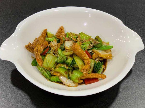 Pollo en tiras, verduras, salsa de ostras y salsa de soja salteado al wok
