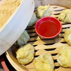 Bocaditos al vapor relleno de langostinos y setas shiitake acompañado de salsa de soja