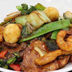Variedad de carnes, verduras chinas, algas marinas y salsa de ostras salteado al wok