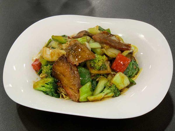 Cerdo, fideos, verduras chinas, salsa de ostras y salsa de soja salteado al wok