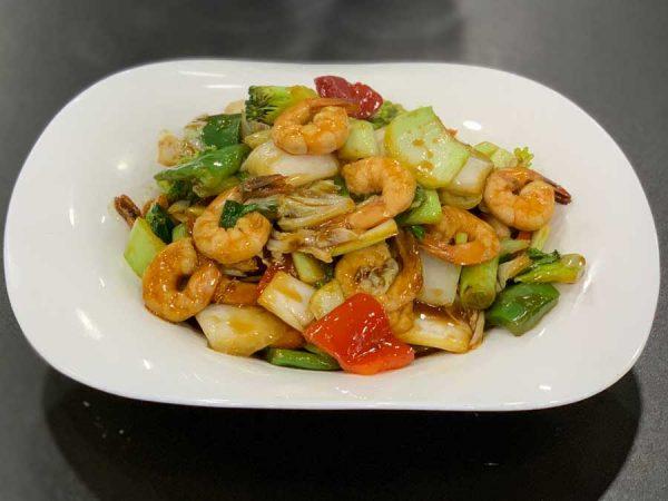 Langostinos, fideos, verduras chinas, salsa de ostras y salsa de soja salteado al wok