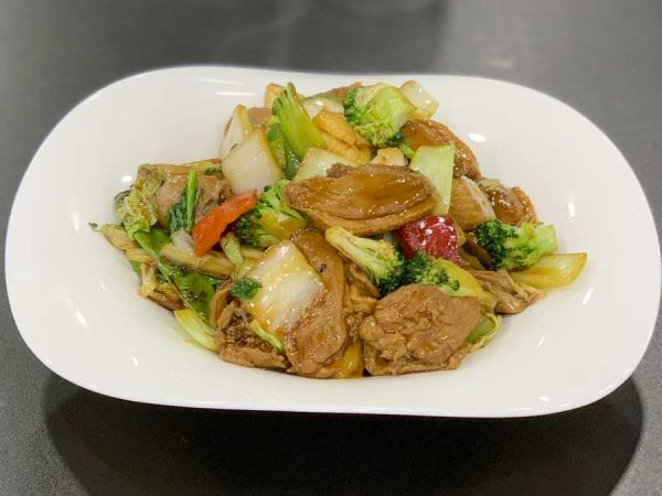 Pato asado, fideos, verduras chinas, salsa de ostras y salsa de soja salteado al wok