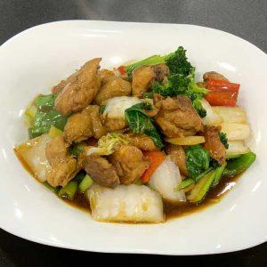 Pollo en trozos, fideos, verduras chinas, salsa de ostras y salsa de soja salteado al wok