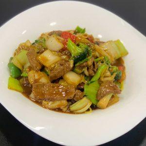 Ternera, fideos, verduras chinas, salsa de ostras y salsa de soja salteado al wok
