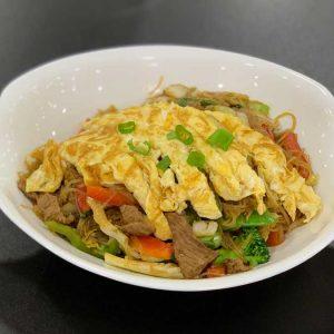 Ternera, fideos de arroz, verduras chinas y salsa de soja salteado al wok