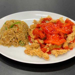 Pollo en trozos rebozados, semillas de sésamo y salsa agridulce acompañado de arroz chaufa