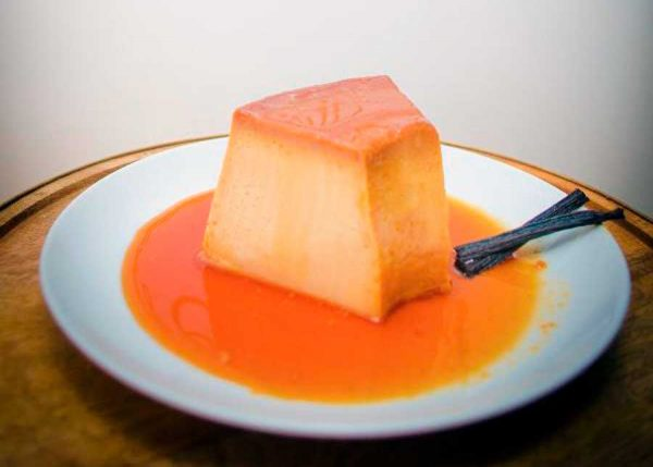 Leche condensada, leche evaporada, limón, huevos esencia de vainilla bañado de caramelo