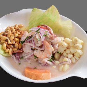 Pescado en láminas y mariscos marinado en limón, lechuga, acompañado de camote, ají, choclo y maíz cancha